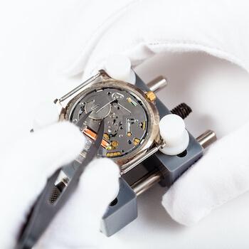 replacing-battery-in-quartz-wristwatch-close-up-PU3HHEC